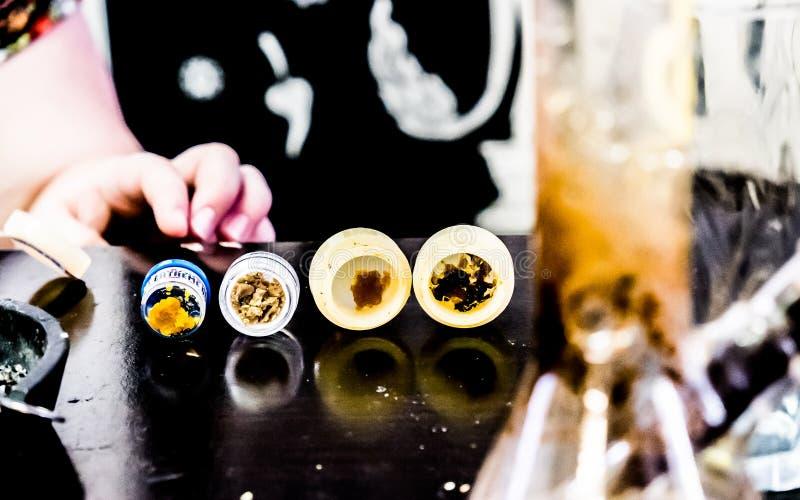 Het Uittrekselthc Bud Cannabis Pot Reefer cbd bho van de marihuanaolie stock afbeeldingen
