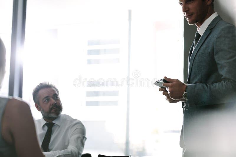 Het uitvoerende spreken met collega's tijdens een vergadering royalty-vrije stock afbeeldingen