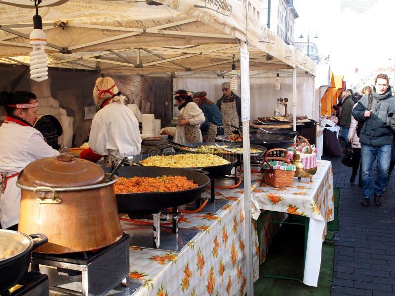 Het uitwisselen van voedsel in jaarlijkse traditionele ambachtenmarkt stock afbeelding