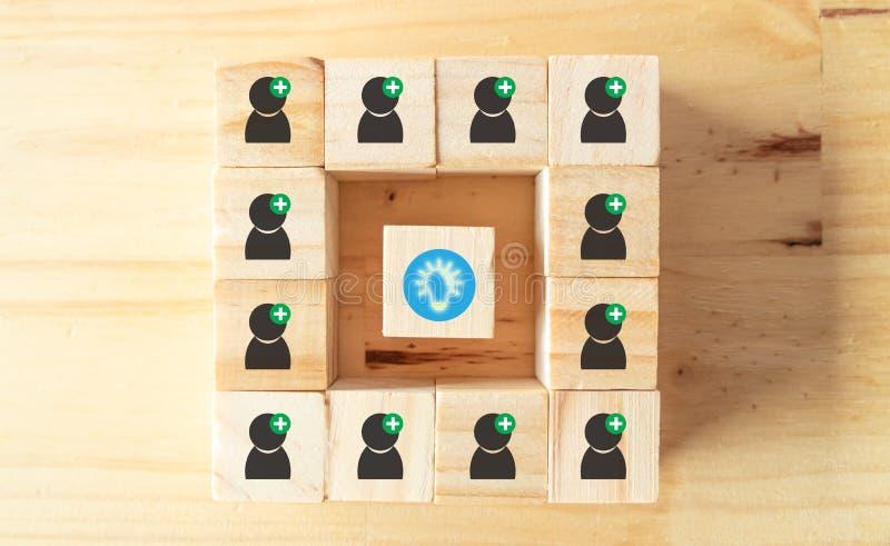 Het uitwisselings van ideeënconcept, symboliseert van positieve denkende mensen probeert aan uitwisseling van ideeën voor geanaly stock afbeelding