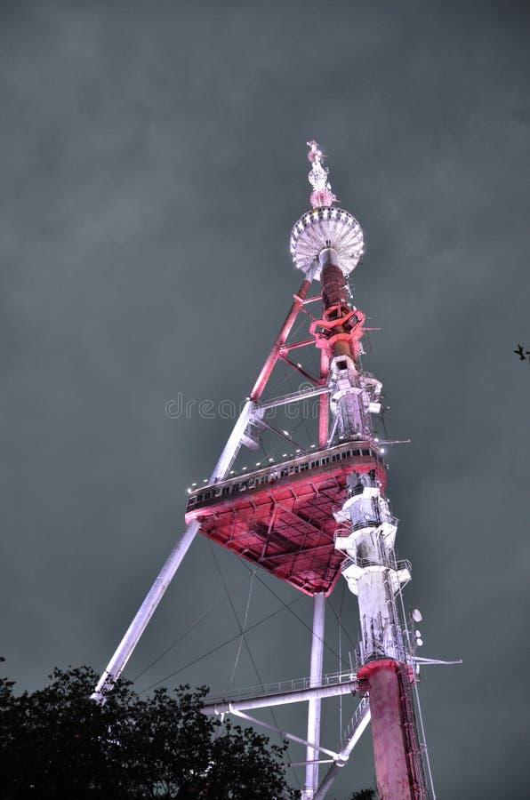 Het Uitzenden van TV van Tbilisi Toren bij nacht royalty-vrije stock fotografie