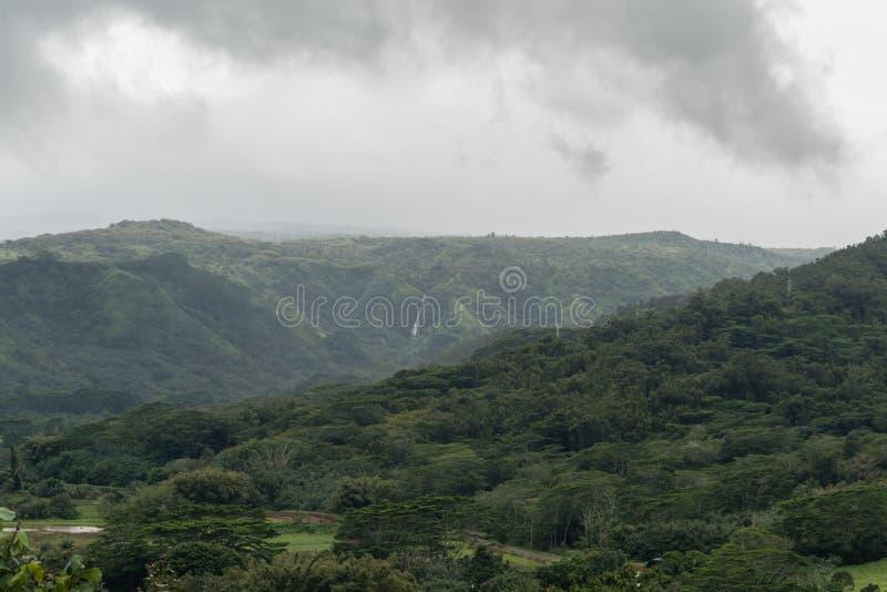 Het uitzicht van de Hanaleivallei op Kauai, Hawaï, in de winter na een belangrijke stortbui stock foto