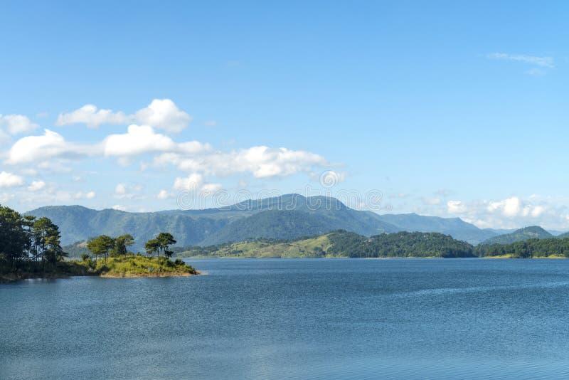 Het Umiam-meer is een reservoir in de heuvels 15 km ten noorden van Shillong, Meghalaya, India royalty-vrije stock foto's