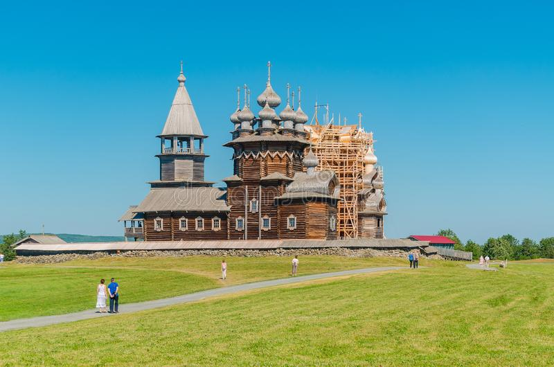 Het unieke architecturale ensemble van oude houten architectuur van de 18de eeuw op het Eiland Kizhi De zonnige dag van de zomer royalty-vrije stock foto