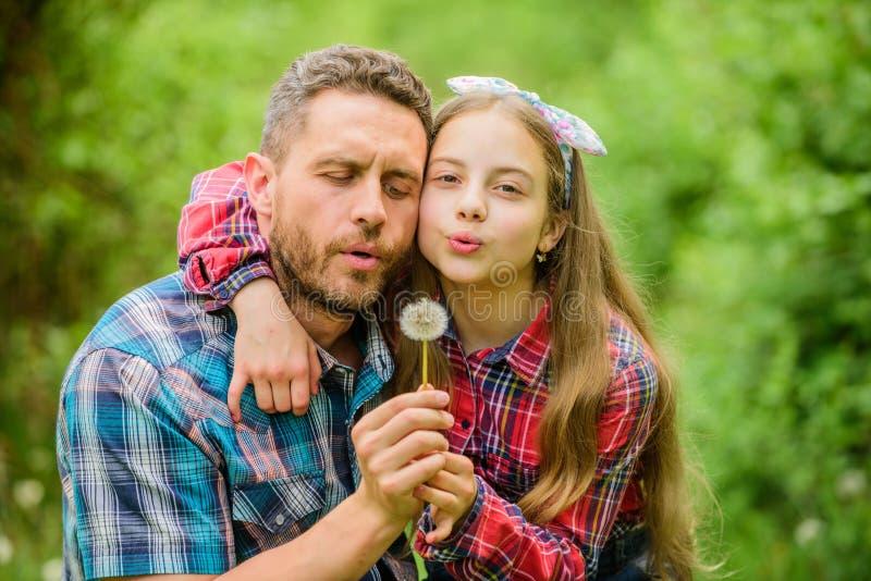 Het vadermeisje geniet van zomer Houd allergie?n van het ru?neren van uw leven Seizoengebonden allergie?nconcept ontgroei royalty-vrije stock foto's