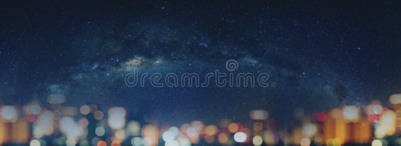 Het vage hoogtepunt van de nachthemel van sterren en de lichten van stadsbokeh bij nacht Abstracte bokehachtergrond stock foto's