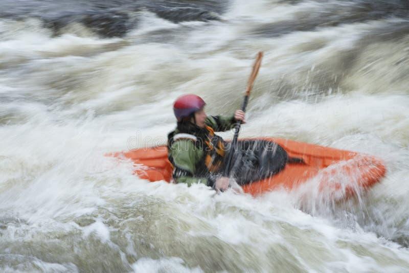 Het vage vrouw kayaking in rivier royalty-vrije stock fotografie