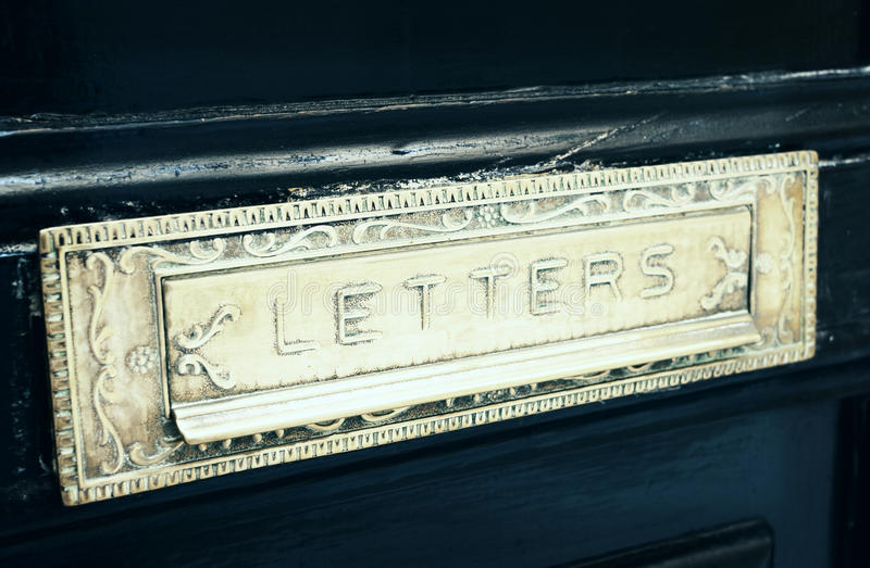 Het vakje van de messingsbrief groef in oude gestemde deur, royalty-vrije stock foto