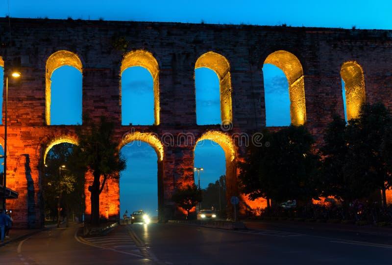 Het Valens-Aquaduct bij nacht, Istanboel, Turkije royalty-vrije stock foto's
