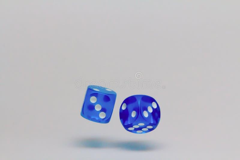 Het vallen dobbelt terwijl het gokken en gokken stock afbeelding