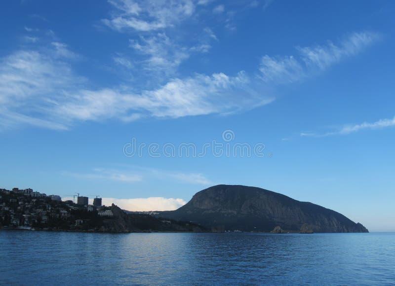 het vallen van de avondmeningen Gurzuf en berg ayu-Dag, de Krim royalty-vrije stock afbeeldingen