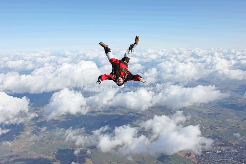 Het vallen van Skydiver hoofd beneden royalty-vrije stock afbeeldingen