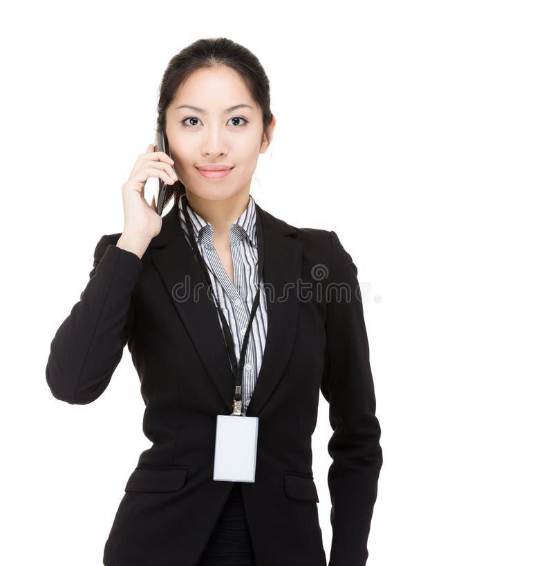 Het van bedrijfs Azië vrouw mobiel gebruiken stock foto's