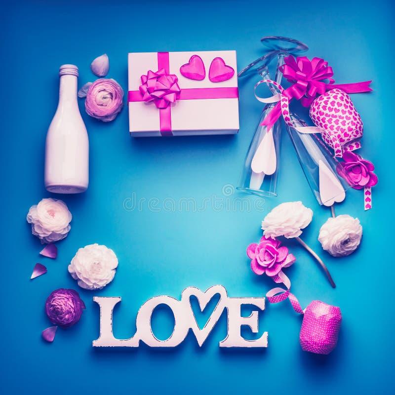 Het van de achtergrond valentijnskaartendag kader maakte met partijtoebehoren, liefdebrieven, hart, romantisch giftvakje, fles en royalty-vrije stock afbeelding