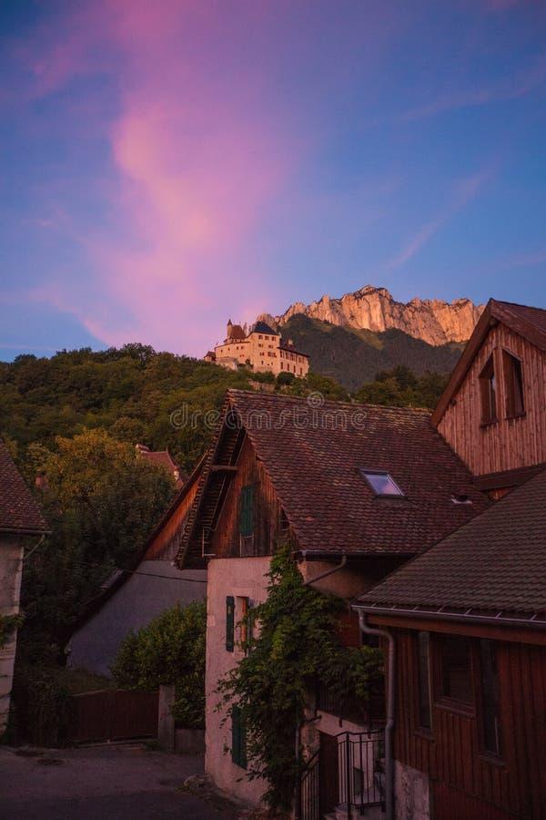Het van de het kasteelberg van de dorpsmening van het de hellings lichte fenomeen roze dorp royalty-vrije stock fotografie