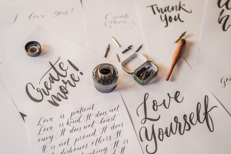 Het van letters voorzien, kalligrafie, schrijft uitdrukking op Witboek Het inschrijven van sier verfraaide brieven Grafische kall royalty-vrije stock foto's