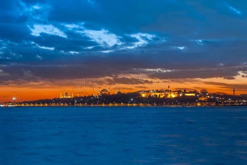 Het van Topkapi het Paleis en van Marmara Overzees bij blauwe nacht stock foto