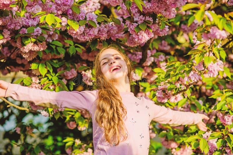 Het vangen van een gelukkig ogenblik Natuurlijke Schoonheidsmiddelen voor Huid gelukkig meisje in kersenbloem Sakuraboom het bloe royalty-vrije stock fotografie