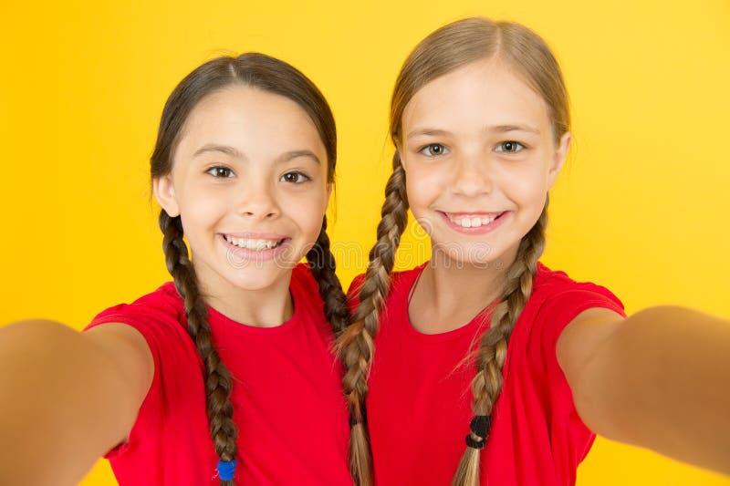 Het vangen van ogenblikken Kindmeisjes die foto nemen De gelukkige gezichten van kinderenjonge geitjes Videovraagconcept Blog onl stock foto