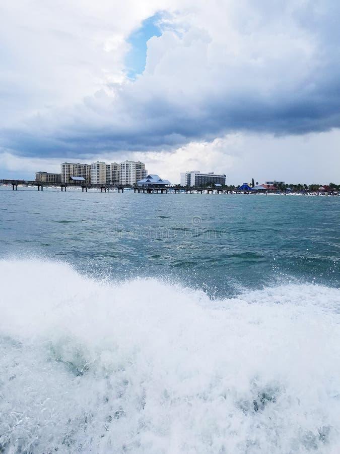 Het vangen van sommige golven op een boot royalty-vrije stock fotografie