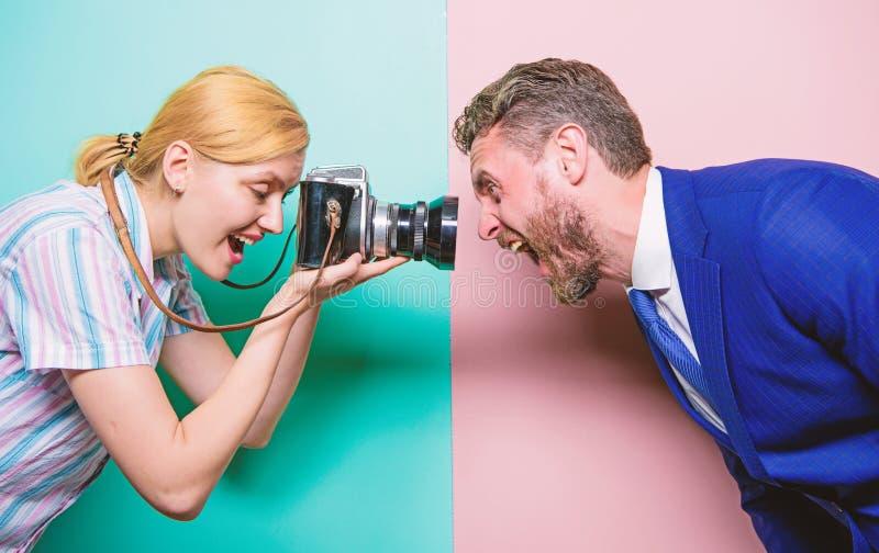 Het vangen van zijn gezichtsuitdrukking Mooie vrouw die professionele camera met behulp van Fotograaf die mannelijk model in stud stock foto