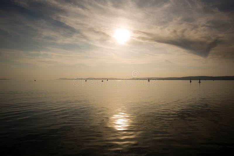 Het varen aan de horizon. stock afbeeldingen