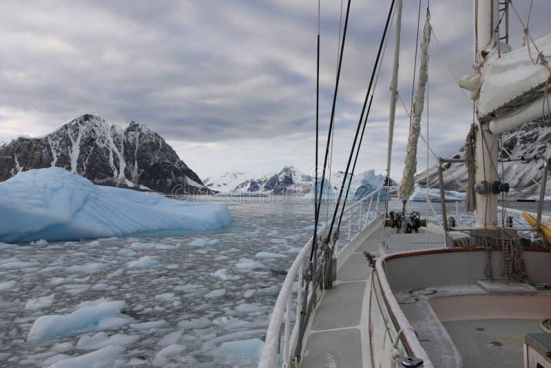 Het varen Antartcica royalty-vrije stock afbeeldingen
