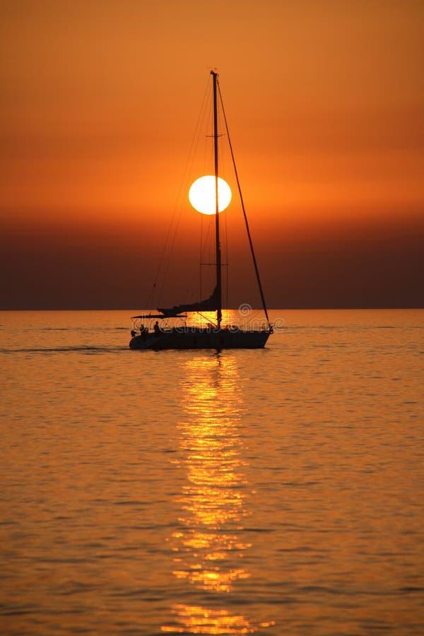 Het varen bij zonsondergang royalty-vrije stock foto's