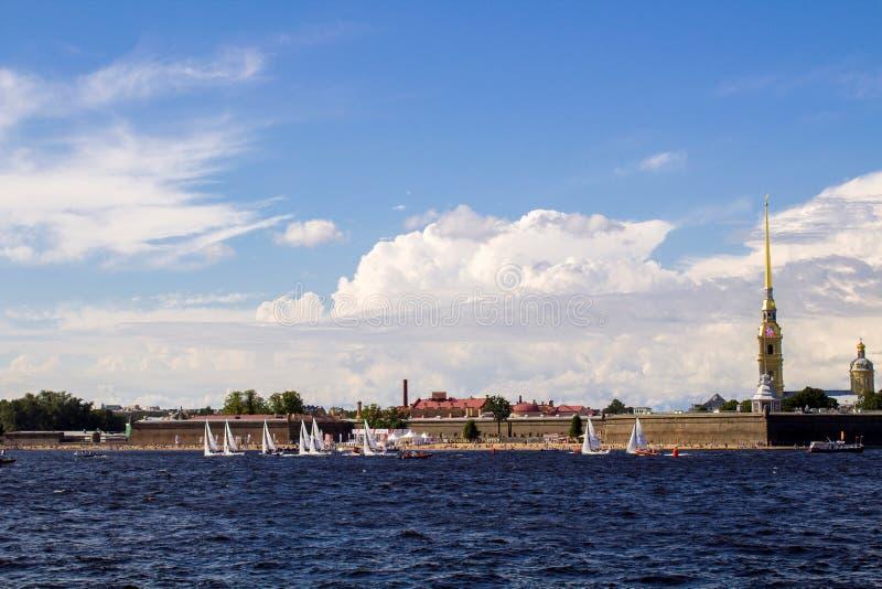 Het varen competities op Neva River stock foto's