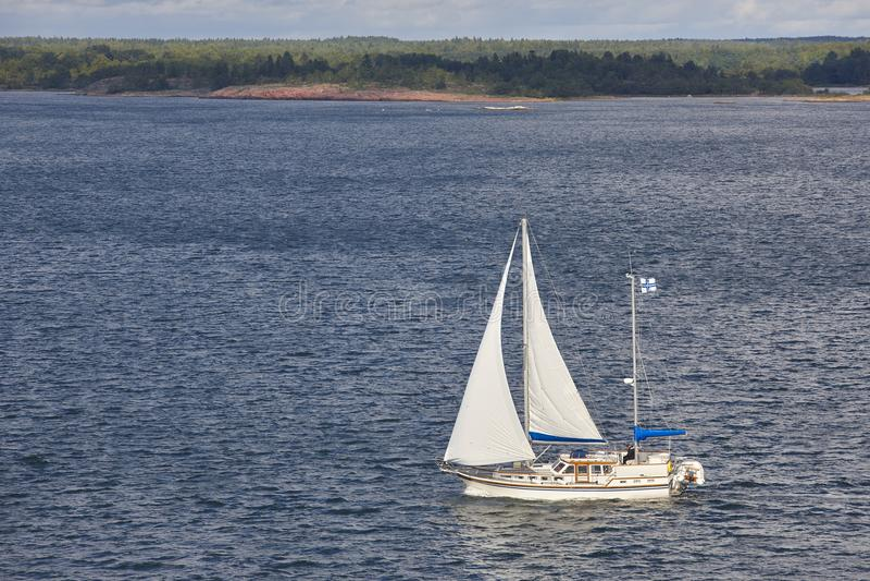 Het varen in de kustlijn van Finland De archipel van Aland De finse zomer stock foto