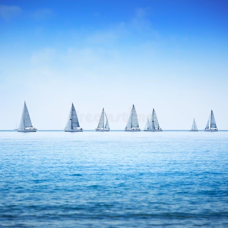 Het varen de regatta van het bootjacht in overzees of oceaan. royalty-vrije stock foto