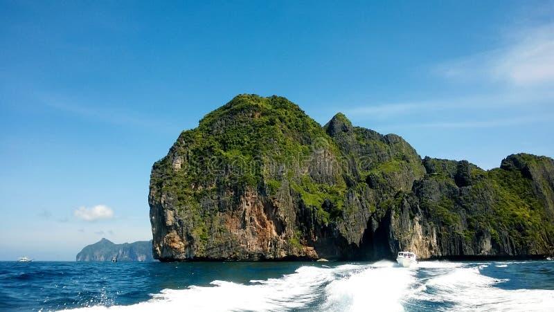 Het varen dichtbij de Phi Phi-eilanden stock afbeelding