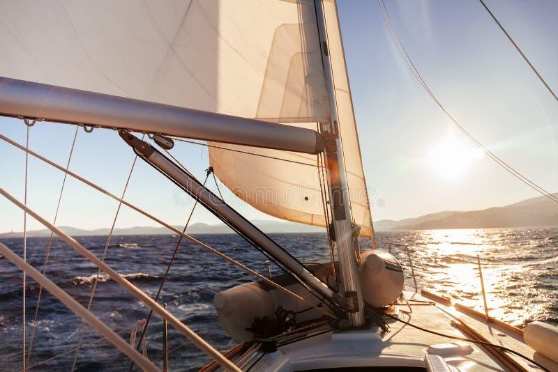 Het varen mening van de boot de brede hoek in het overzees stock foto