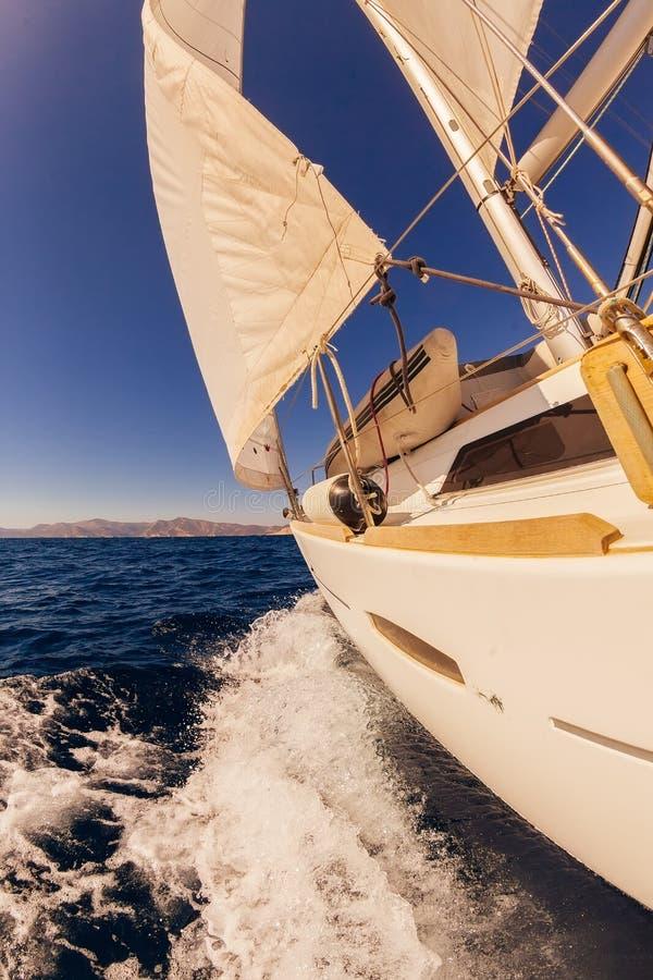 Het varen mening van de boot de brede hoek in het overzees royalty-vrije stock foto's