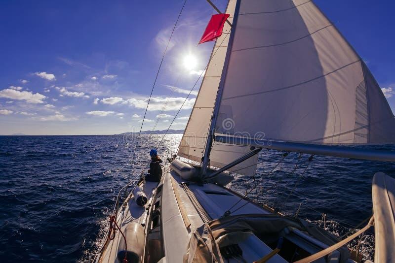 Het varen mening van de boot de brede hoek in het overzees bij zonsondergang royalty-vrije stock foto