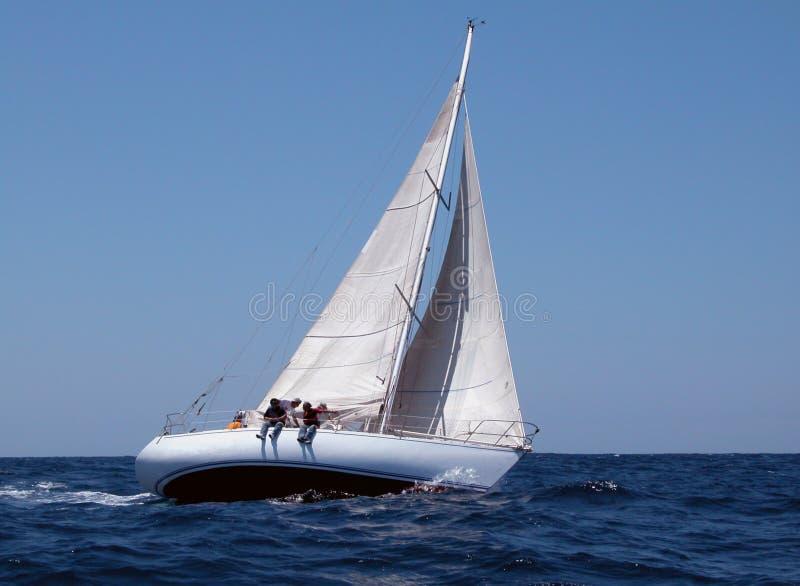 Het varen met sterke wind stock afbeelding