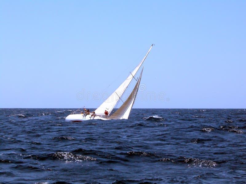 Het varen met sterke wind stock fotografie