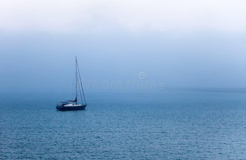 Het varen in mist royalty-vrije stock foto's