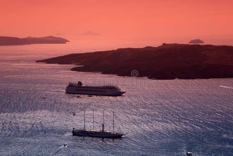 Het varen na zonsondergang. Fira, Santorini. stock afbeelding