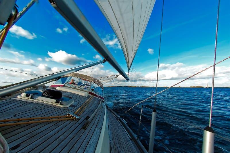 Het varen onder blauwe hemel royalty-vrije stock fotografie