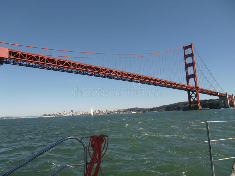 Het varen onder Golden gate bridge stock foto