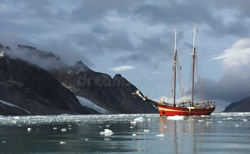 Het varen in Svalbard stock foto's
