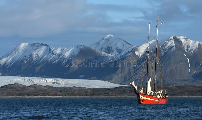 Het varen in Svalbard stock afbeelding