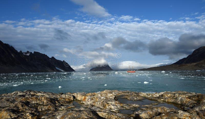 Het varen in Svalbard stock afbeeldingen
