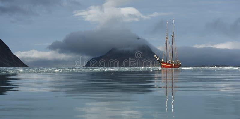 Het varen in Svalbard stock foto