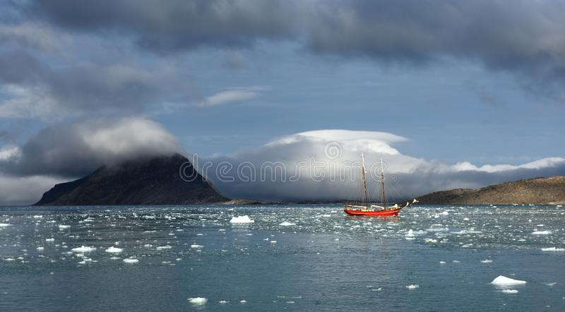 Het varen in Svalbard royalty-vrije stock afbeeldingen