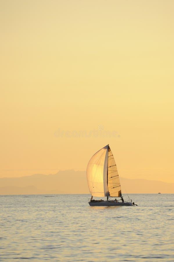 Het varen van de zonsondergang stock foto