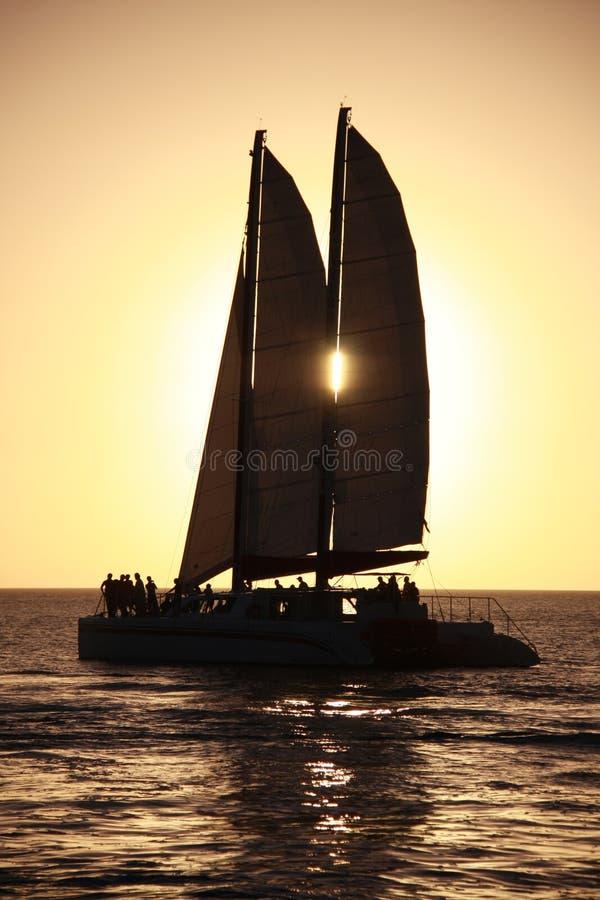 Het Varen van de zonsondergang royalty-vrije stock afbeelding