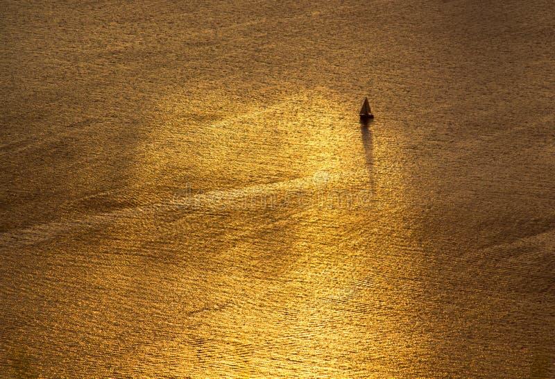 Het varen van het gouden overzees stock foto