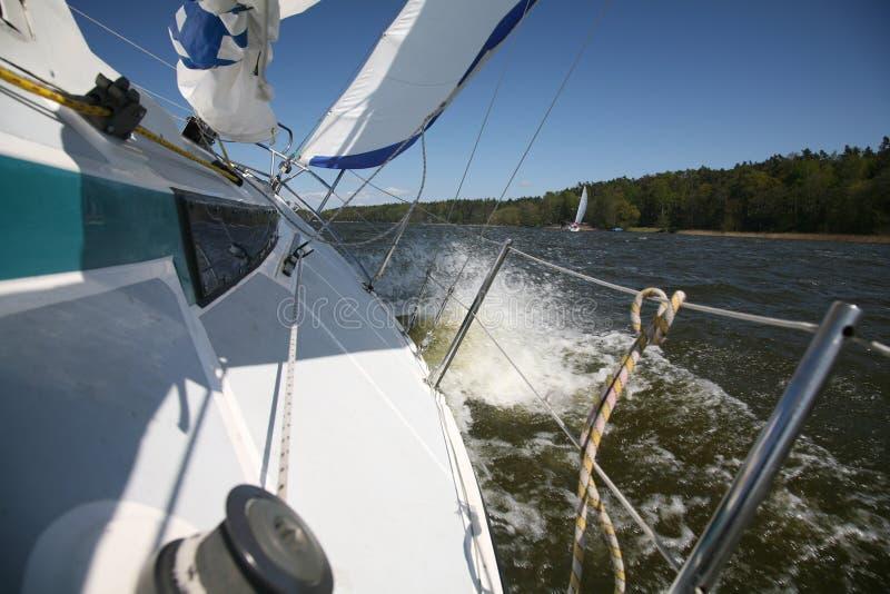 Het varen van het jacht stock foto